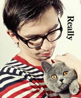 猫を抱きながら「本当に」と疑う男性