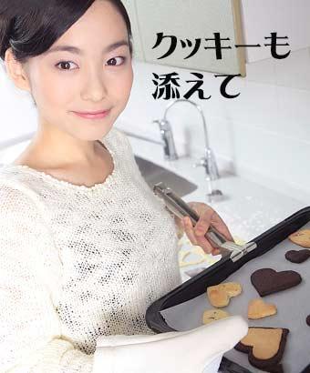 焼きたてのクッキーを運ぶ女性