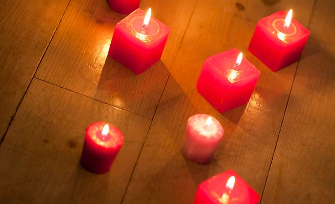 床に並べられた赤いキャンドル