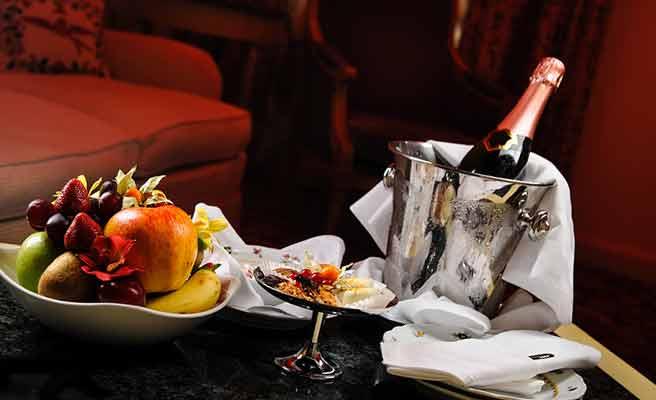 ホテルの部屋に用意されたシャンペンとデザート