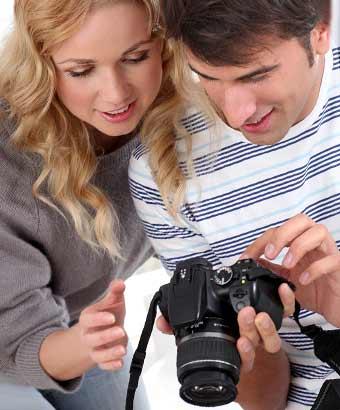 一緒にカメラの映像を確認するカップル