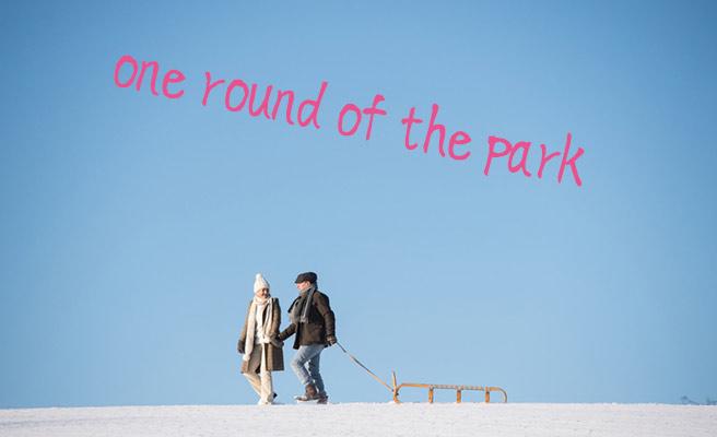 雪の道を歩くカップル