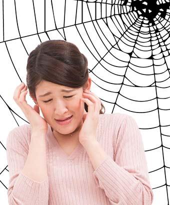 蜘蛛の糸に絡まう女性