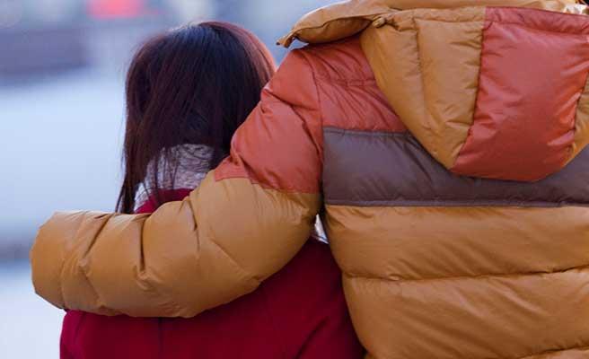 男性に肩を抱かれる女性