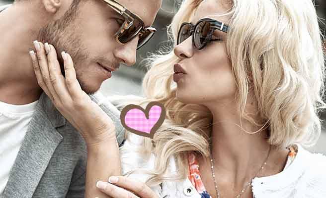 彼氏の顎を触りながらキスしようとする女性
