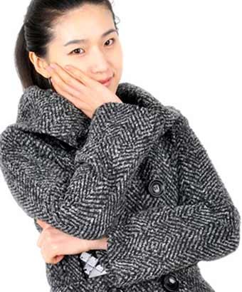 厚手のコートを着た女性