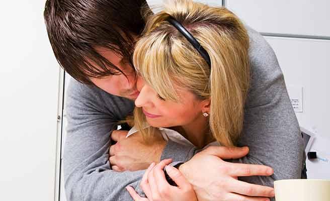 背後から女性を抱きしめる男性