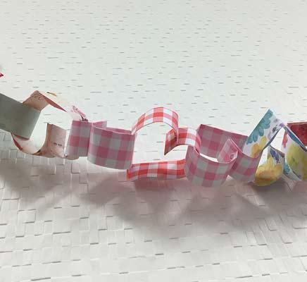 チェックの折り紙で作ったハートガーランド