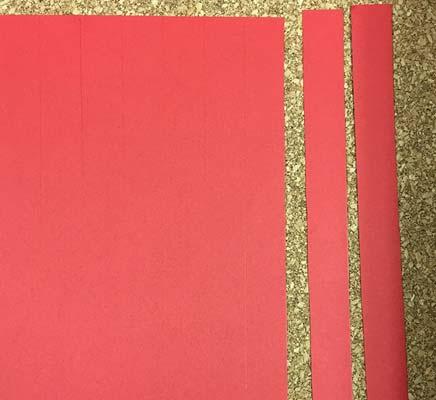 赤色画用紙を切る