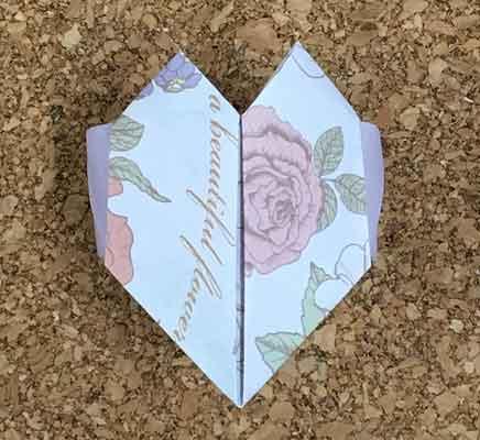 正面から見た折り紙で作ったハートの指輪