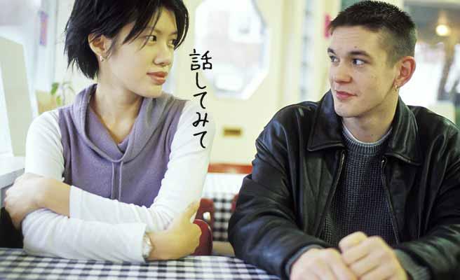 カフェで彼氏の言葉を引き出そうとする女性