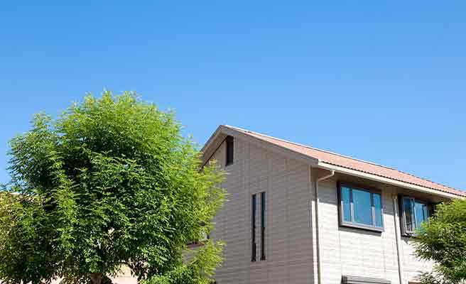 青空に立つ家
