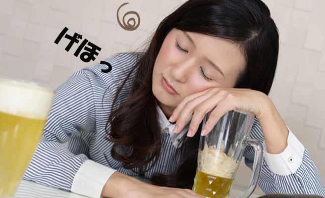 ビールジョッキに寄りかかる酔った女性