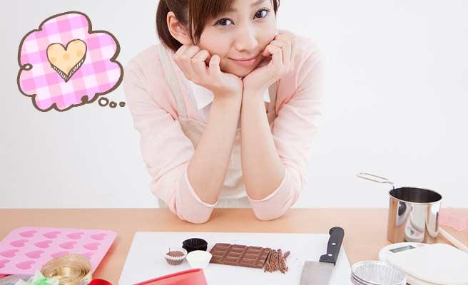 バレンタインのチョコを手作りしてる女性
