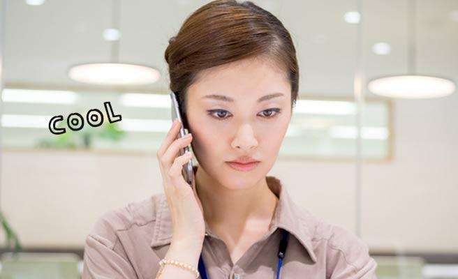 真剣な表情で電話する女性
