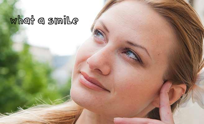 微笑する女性