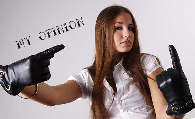 革手袋で指さす女性