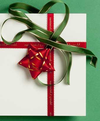 プレゼントの上の緑のリボン