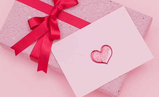 メッセージの封筒とチョコの箱