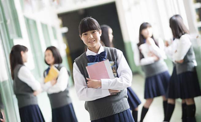 学校の廊下を歩く女子生徒