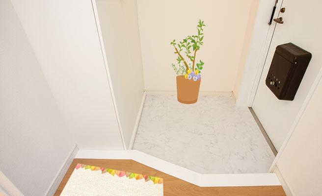 暖色のある小物や花を置いた玄関