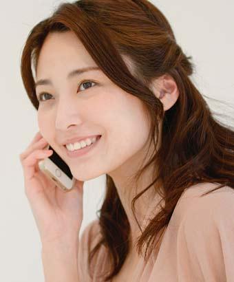電話しながら笑顔の女性