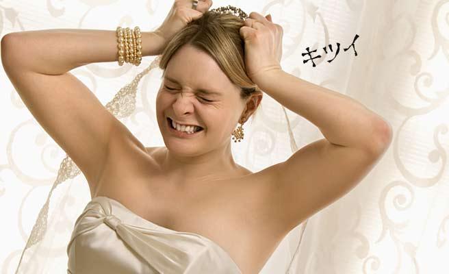 顔をしかめて嘆くウェディングドレスの女性