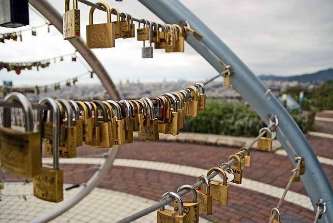 ヴィーナステラスには「愛の鍵モニュメント」があり恋人たちが永遠の愛を願って鍵を取り付けます☆