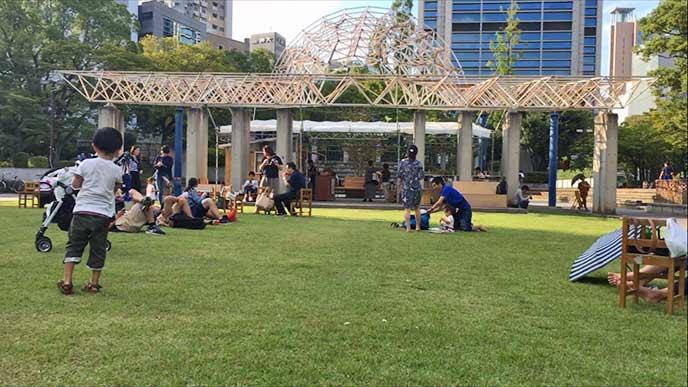 芝生の広場の奥にはカフェがありとっても良い雰囲気♪