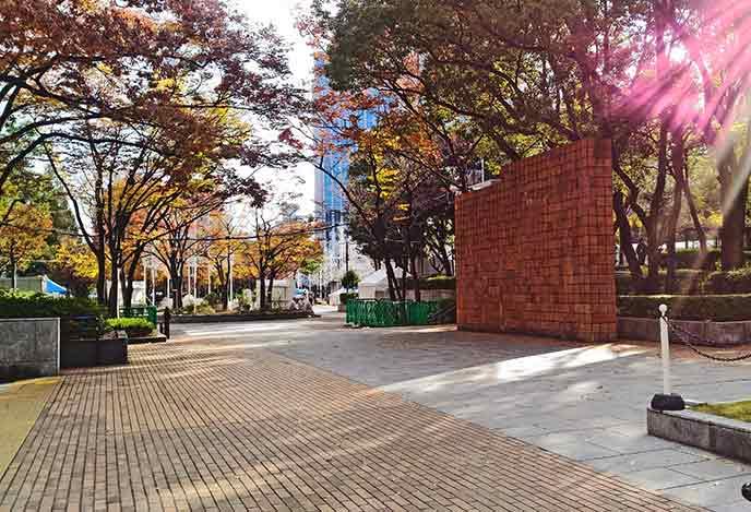 モニュメントのある広場。時期によって様々なイベントなども開催されます☆