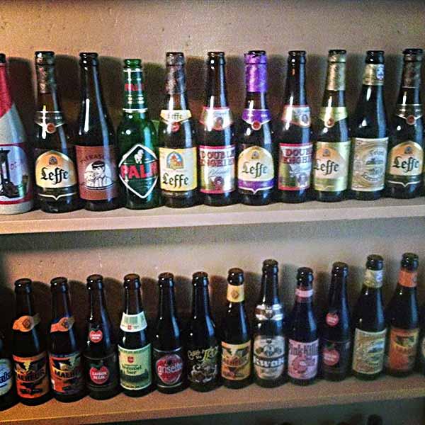 おしゃれなビール瓶が並んでいます