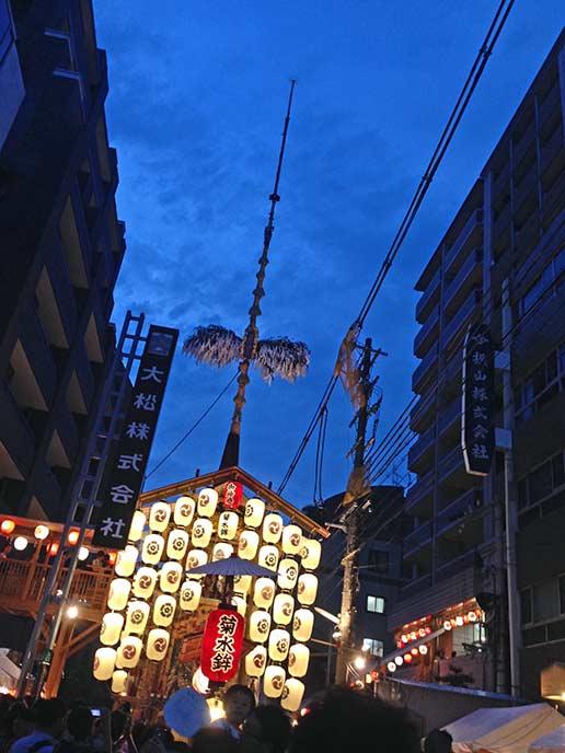 祇園祭では様々な山鉾が通りを行きます。
