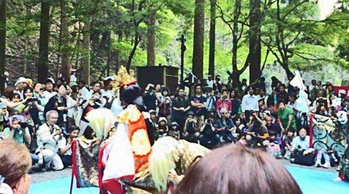 祭で行われる舞の奉納にはたくさんの人が見学に集まります。