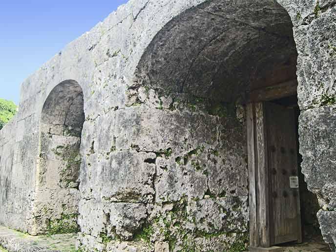 存在感がすごい石門は、時が止まったように昔からの姿で佇んでいます。