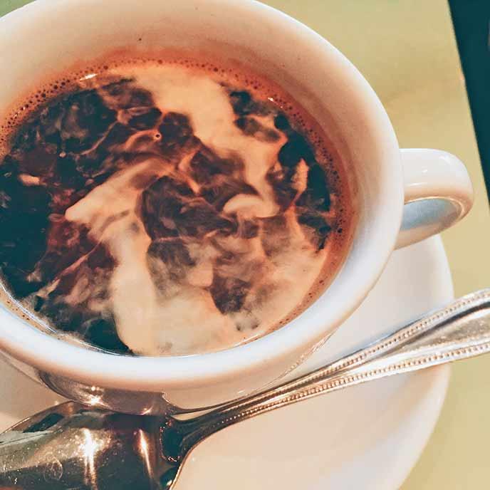 食後のコーヒー ふかふかのソファー席でじっくりと味わえます♪