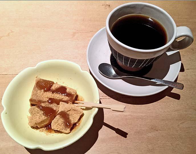 セットのデザートとコーヒー 美味しい食事の結びにピッタリです