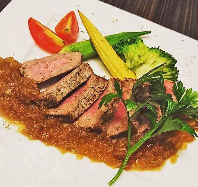 お肉料理もボリューム満点でとっても美味しい☆