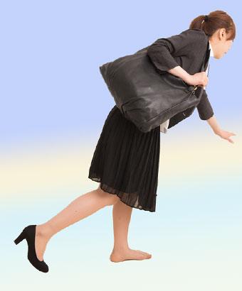 靴が脱げてよろける女性