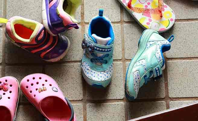 玄関に子供の靴が散らかっている