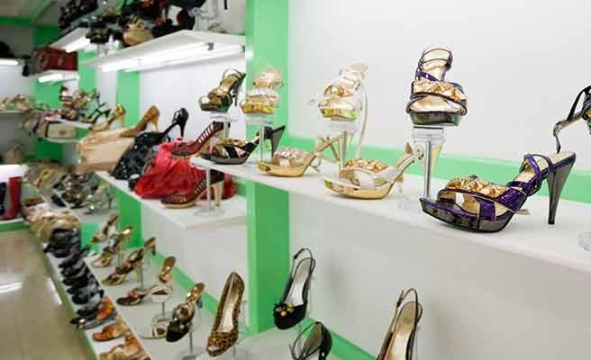 商品棚に並ぶ女性用靴