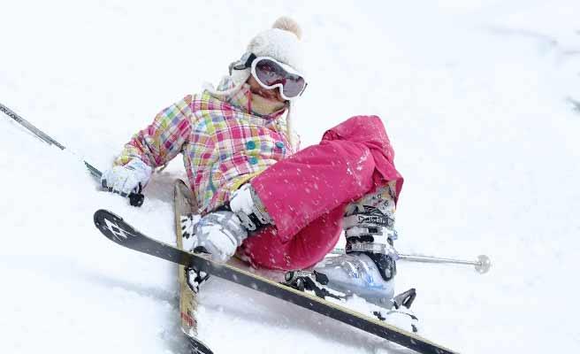 スキーで転ぶ女性