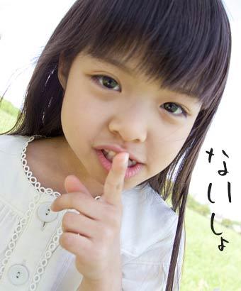口先に指を立てる女の子