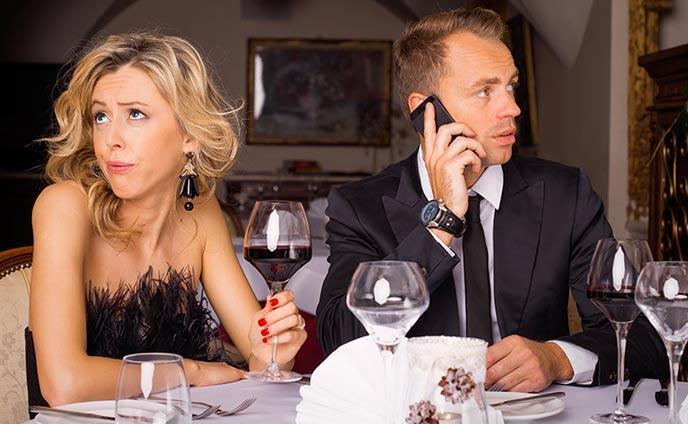 デート中にスマホをいじる彼氏の心理・彼女がすべき対処法