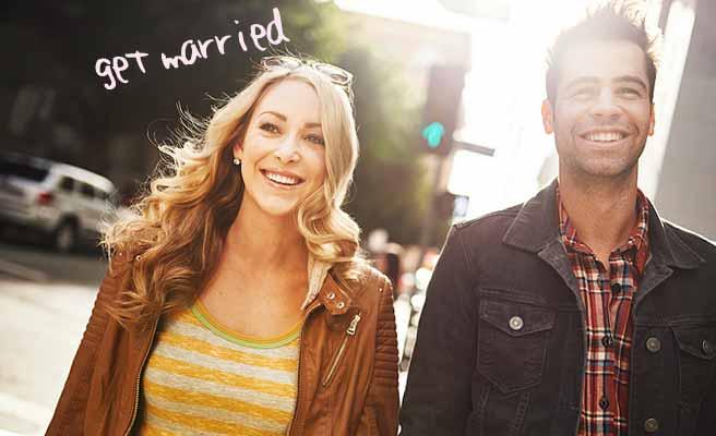 笑顔で前を見て歩くカップル
