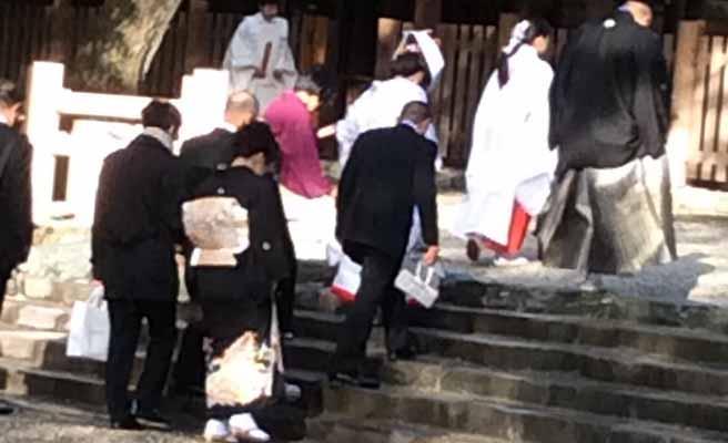 神社に集まる結婚式の参列者