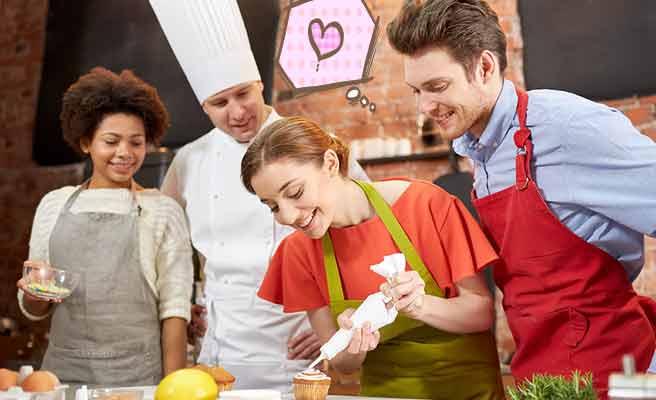料理を教わりながら婚活する男女