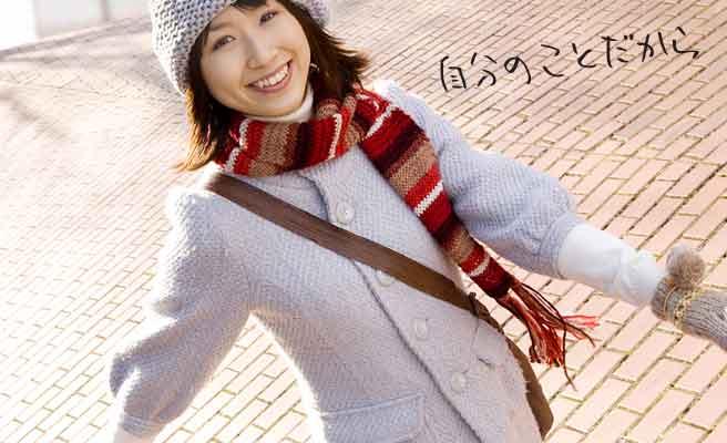 笑顔で一人街を行く女性