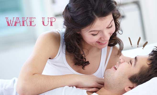 寝ている彼氏を上から覗き込む女性