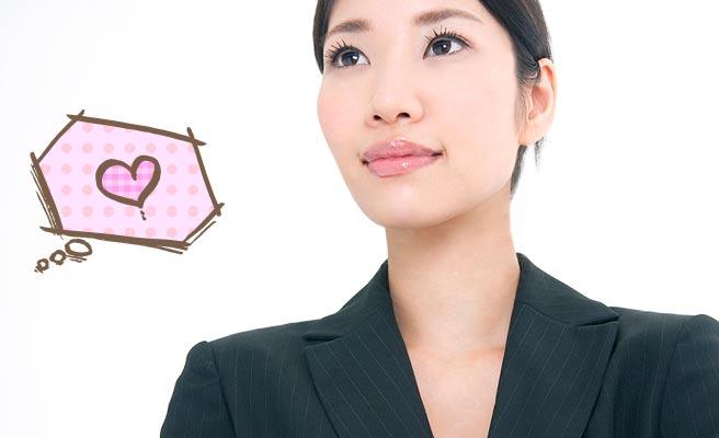 真顔で仕事に向かう女性