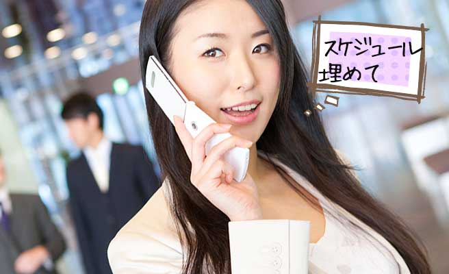 電話で仕事を入れる女性